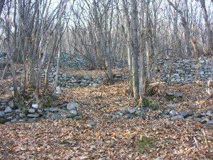 steinmauer-auf-steinmauer-folgt-am-hang-ueber-viele-hundert-hoehenmeter