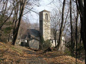 die-romanische-kirche-aus-dem-13-jahrhundert-inmitten-des-waldareales